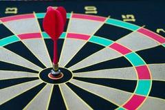 企业目标和金子概念与被别住的一支磁性红色箭 免版税库存照片