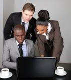 企业种族膝上型计算机多小组工作 库存图片