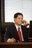 企业移动电话讲西班牙语的美国人人 库存照片