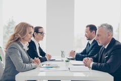 企业竞争,四个时髦的可爱的企业人我 免版税库存照片