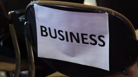 企业笔记特写镜头关于空的椅子的在候选会议地点 股票录像