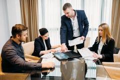 企业简报领导上司队证券交易经纪人行情室 免版税库存照片