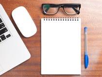 企业精华 螺旋空白的笔记本顶视图  库存照片