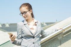 企业纵向微笑的妇女 免版税库存照片