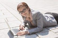 企业纵向微笑的妇女 库存图片