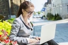 企业纵向微笑的妇女 免版税图库摄影