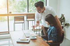 企业网上概念 亚裔朋友遇见和获得乐趣在 免版税库存照片