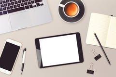 企业网站与数字式片剂、智能手机和便携式计算机的倒栽跳水设计 在视图之上 免版税库存照片