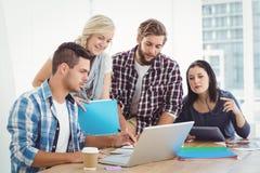 企业膝上型计算机人工作 免版税图库摄影