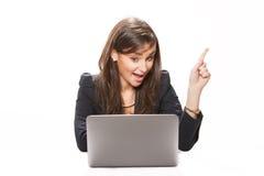 企业膝上型计算机妇女运作的年轻人 免版税库存图片