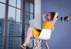 企业膝上型计算机妇女 免版税库存照片
