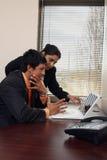 企业膝上型计算机小组工作 免版税库存图片