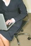 企业膝上型计算机w妇女 免版税库存图片