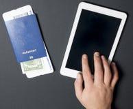 企业航空旅行、流动性和通信概念:片剂个人计算机或买的班机票在网上 与登舱牌的护照 免版税库存照片