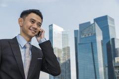 企业英俊人移动电话告诉 库存照片