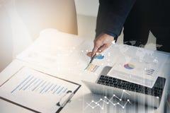 企业见面在关于战略的证券交易经纪人行情室的队人 库存图片