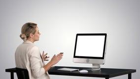 企业视频通话,有的女实业家在梯度背景的电视电话会议 影视素材