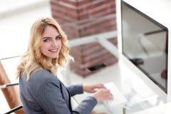 企业计算机关键董事会键入的妇女 库存图片