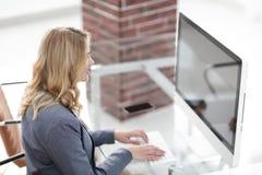 企业计算机关键董事会键入的妇女 免版税库存照片