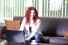 企业计算机膝上型计算机妇女工作年轻人 免版税库存图片