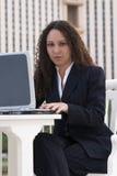 企业计算机膝上型计算机拉提纳妇女 图库摄影