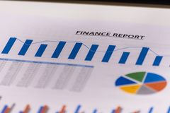 企业财务、会计、统计和分析研究概念 分析注标市场股票 库存照片