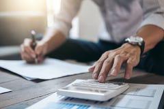 企业财务会计银行业务概念,商人做 免版税库存照片