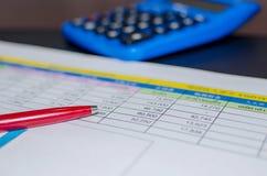 企业财务在书桌上的纸图 库存照片