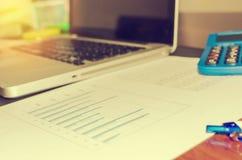 企业财务在书桌上的纸图 免版税图库摄影