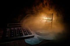 企业辅助部件(放大器,计算器)和图表,桌,在一张桌上的图有黑暗的背景 选择聚焦 库存图片