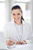 企业逗人喜爱的纵向微笑的妇女年轻人 免版税库存照片