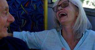 企业通勤者谈话在手机,当出去从公共汽车4k时 股票录像