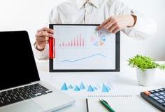 企业金融家审计与膝上型计算机和数据年终报告一起使用 免版税库存图片