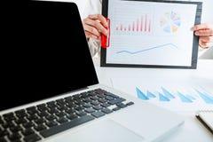 企业金融家审计与膝上型计算机和数据年终报告一起使用 库存照片