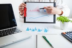 企业金融家审计与膝上型计算机和数据年终报告一起使用 免版税库存照片