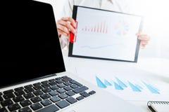 企业金融家审计与膝上型计算机和数据年终报告一起使用 图库摄影