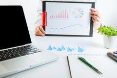 企业金融家审计与膝上型计算机和数据年终报告一起使用 免版税图库摄影