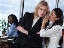 企业闲话 妇女在办公室 免版税库存图片