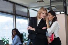 企业闲话 妇女在办公室 库存图片