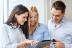 企业队与片剂个人计算机一起使用在办公室 免版税图库摄影