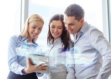 企业队与片剂个人计算机一起使用在办公室 免版税库存图片