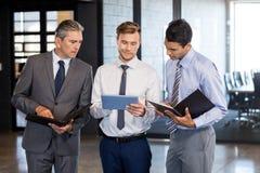 企业队交互式使用数字式片剂和组织者 库存照片