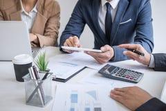企业队会议礼物,秘书介绍新的想法和制造报告对有新的财务项目的职业投资者 免版税图库摄影