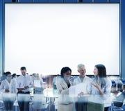 企业队会议讨论证券交易经纪人行情室概念 免版税库存图片