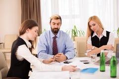 企业队会议讨论finansial报告 库存图片