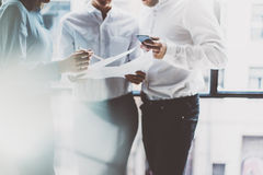企业队会议,工作过程 照片专业乘员组与新的起始的项目一起使用 项目负责人临近窗口 分析b 库存照片