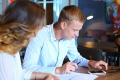 年轻企业队决心问题叶子编目 免版税图库摄影