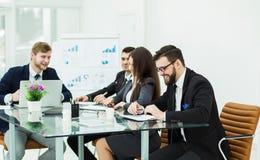企业队准备一个新的财政项目的介绍在工作场所的 免版税库存图片