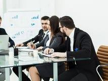 企业队准备一个新的财政项目的介绍在工作场所的 免版税图库摄影