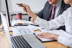 企业队同事咨询和讨论销售计划在财政报告的会议概念伙伴会议和 库存图片